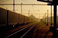 在日出期间的火车站在Havirov 免版税库存照片
