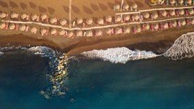 在日出期间的Perissa海滩在圣托里尼希腊海岛上  免版税库存照片