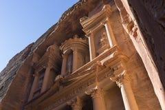 在日出期间,关闭财宝,一个古老大厦 免版税图库摄影