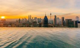 在日出期间的吉隆坡都市风景从王权住所吉隆坡,马来西亚的顶端 库存图片