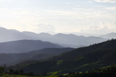 在日出期间的山谷 在Maejam清迈,泰国的天然泉风景 免版税库存照片