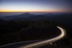 在日出期间的山谷 自然冬天风景 免版税库存图片