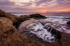在日出期间的岩石海景 在布尔加斯附近的美好的自然夏天Ravda,保加利亚 免版税库存照片