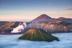在日出期间的布罗莫火山火山 免版税库存照片
