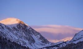 在日出期间的斯诺伊科罗拉多山 库存图片