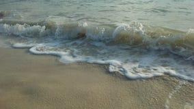 在日出期间的海浪在酸值苏梅岛海岛,泰国上的多云早晨 免版税图库摄影