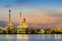在日出期间的炼油厂江边 库存照片