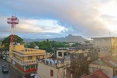 在日出期间的美好的Mahebourg镇视图与早晨发出光线来自最左上侧给的奥妙感觉 图库摄影