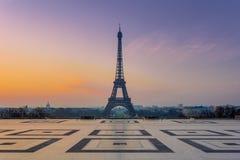 在日出期间的艾菲尔铁塔 免版税库存图片