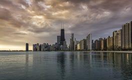 在日出期间的芝加哥街市地平线 库存照片