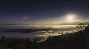 在日出期间的风景全景有惊人的看法 免版税库存照片