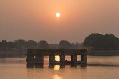 在日出期间的Gadisar湖 库存照片