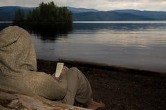 读在日出期间的iPhone 免版税图库摄影