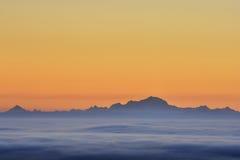 在日出期间,云彩海和勃朗峰锐化 库存照片