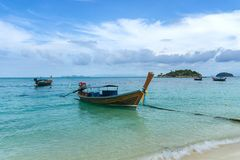 在日出海滩,酸值LIPE,Satun,泰国的长尾的小船 库存图片