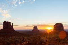 在日出焕发的纪念碑谷  免版税库存照片