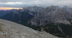 在日出的上升的山坡 影视素材