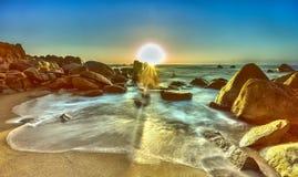 在日出的不可限量的波浪在岩石Binh Thuan 免版税图库摄影