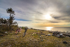 在日出的两辆自行车在海滩, Jomfruland国家公园, Kragero,挪威 免版税库存图片