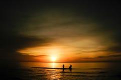 在日出的二位渔夫剪影 库存照片