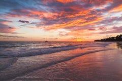 在日出的五颜六色的云彩在大西洋 免版税图库摄影