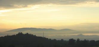 在日出的五颜六色的天空与山剪影  免版税库存照片