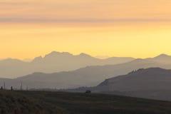 在日出的五颜六色的天空在山 图库摄影