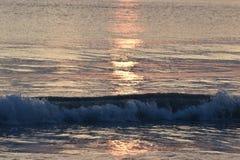 在日出的五颜六色的波浪在夏威夷 免版税图库摄影