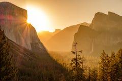 在日出的优胜美地国家公园谷 库存图片