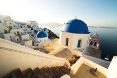 在日出的传统白色建筑学在圣托里尼海岛上的Oia 库存照片