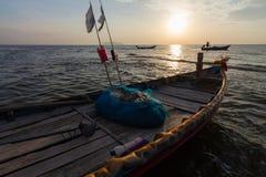 在日出的传统泰国渔船 库存照片