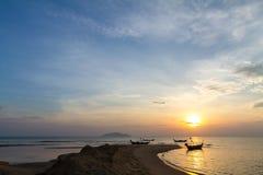 在日出的传统泰国渔船 免版税库存图片