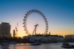 在日出的伦敦眼在伦敦 免版税图库摄影