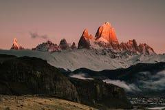 在日出的偶象登上菲茨罗伊峰在巴塔哥尼亚阿根廷 库存照片