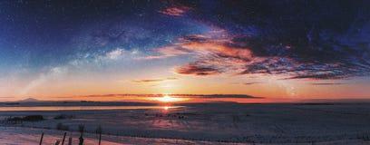在日出的全景冬天风景与两次曝光夜空风景 免版税库存图片