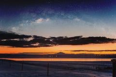 在日出的全景冬天风景与两次曝光夜空风景 库存照片