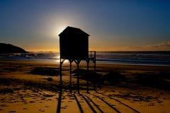 在日出的冲浪者小屋在海的肯顿 库存照片
