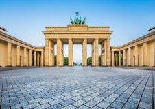 在日出的勃兰登堡门,柏林,德国 免版税库存照片