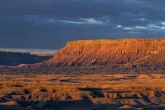 在日出的北部Caineville Mesa 库存图片