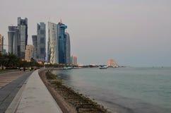 在日出的卡塔尔多哈檐口 库存图片