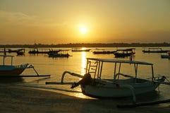 在日出的印度尼西亚渔船 库存图片