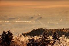 在日出的发光的冬天早晨薄雾,多瑙河,布达佩斯 免版税图库摄影
