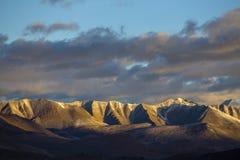 在日出的喜马拉雅山山沿Manali - Leh高速公路 Ladakh,印度 在喜马拉雅山的黎明 库存图片