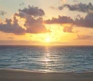 在日出的坎昆海滩 免版税图库摄影