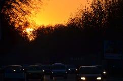 在日出的城市交通 库存图片