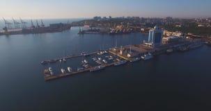 在日出的城市口岸 都市鸟瞰图 股票录像
