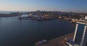 在日出的城市口岸 都市鸟瞰图 股票视频