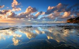 在日出的壮观的水反射 免版税库存图片