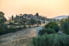 在日出的夏天风景在托斯卡纳意大利 免版税库存照片