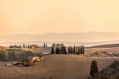 在日出的夏天风景在托斯卡纳意大利 免版税库存图片